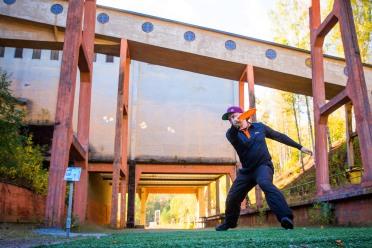 Iiro Hämäläinen frisbeegolfkisoissa Outokummun vanhan kaivoksen radalla.