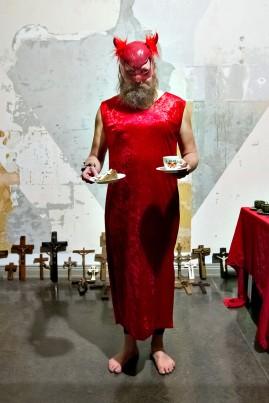 Heikki Piirainen tarjoili kakkua ja kahvia Kaa(m)os-taidetapahtumassa Joensuun taidemuseossa.