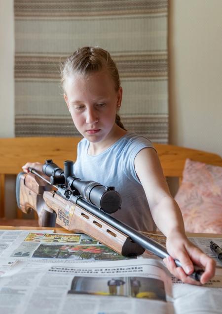 Hirviurheilua harrastava Marikki Juntunen puhdistaa asettaan.