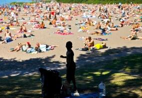 Poika keräsi ennätyshelteellä pulloja Hietaniemen uimarannalla Helsingissä 2010.
