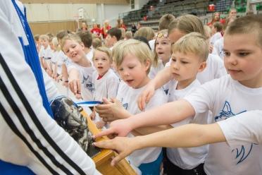 Petri Virtanen esitteli Pantteri-patsasta joensuulaisille koululaisille.